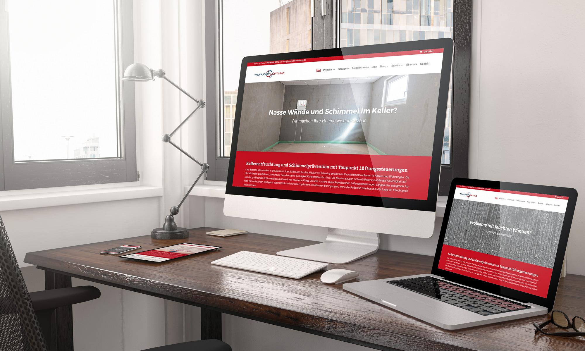 Ein Schreibtisch mit PC, Laptop, Smartphone und Tablet