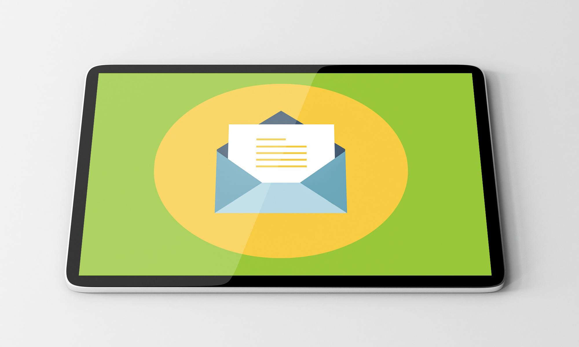 Ein Newsletter wird auf einem Tablet versendet
