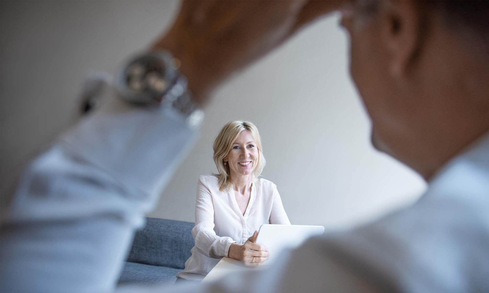 Tanja Meier unterstützt einen Coachee in ihrem Büro