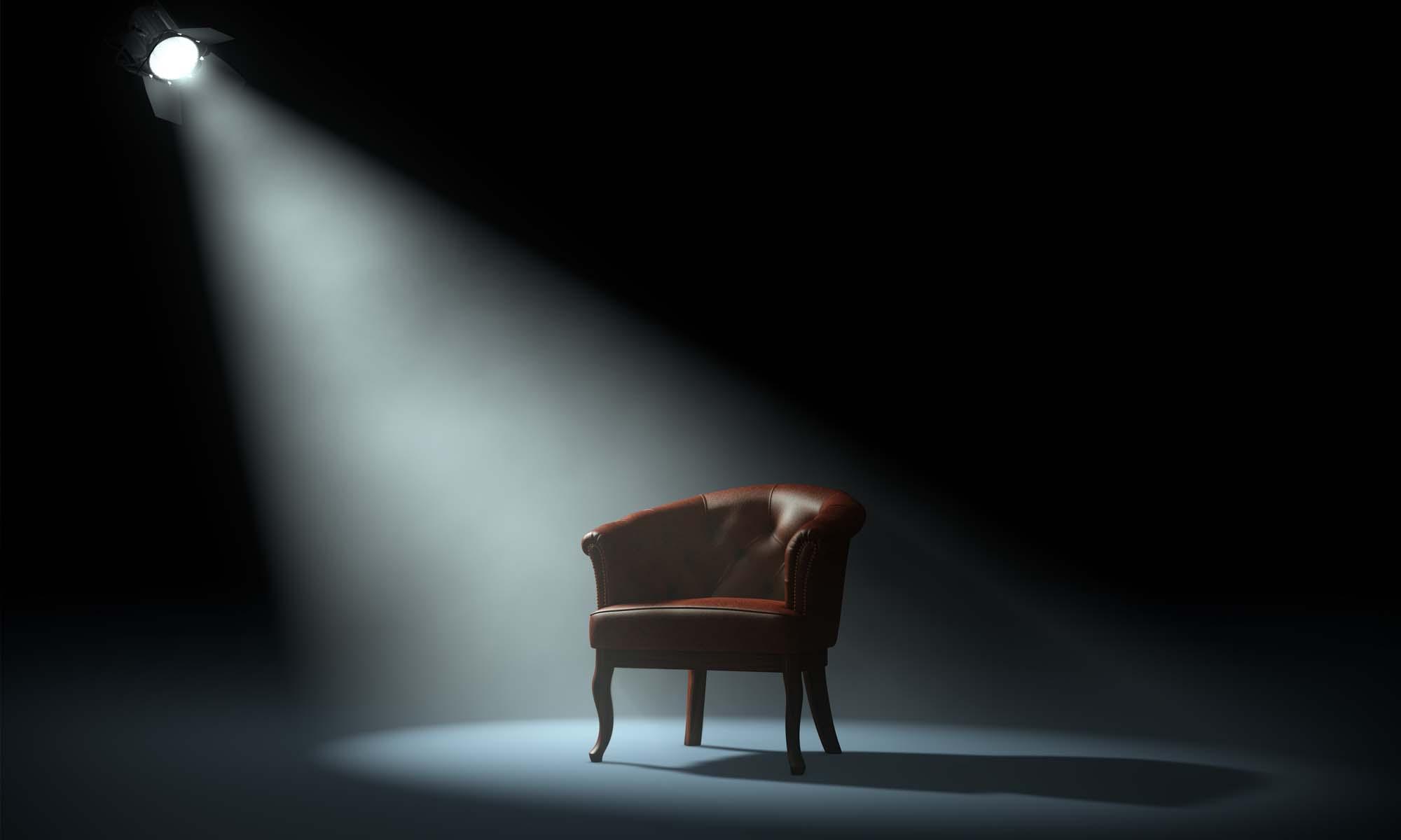 Stuhl auf einer Bühne - Bild aus der Homepage von Coach Tiziana Bruno